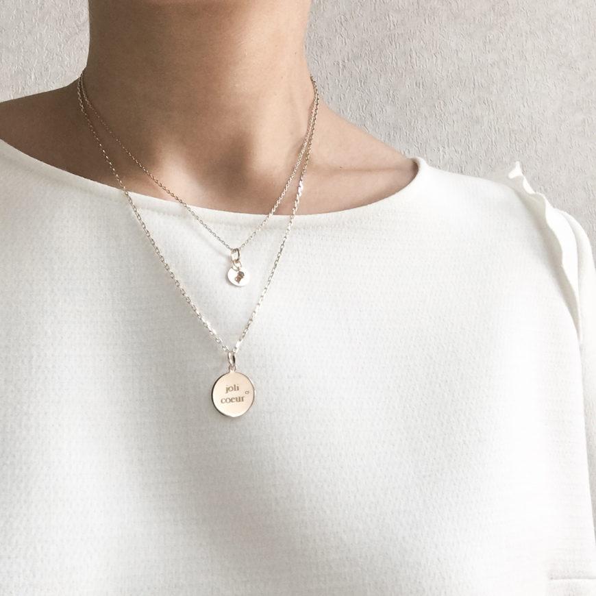 bijou avec une inscription personnalisée selon le style mode de chacune